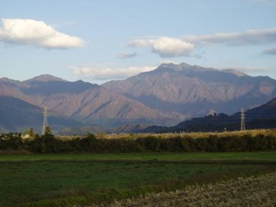 会場から秋晴れの巻機山を望む
